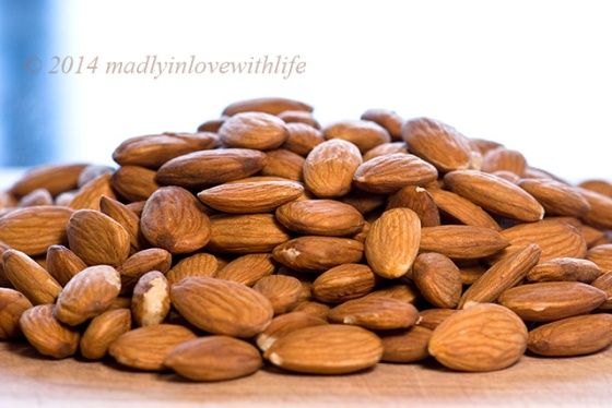 Pile-of-Almonds